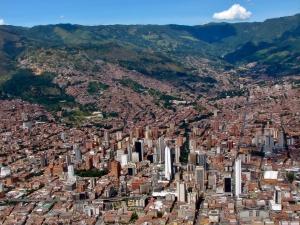 Centro_de_Medellin-Colombia_(cropped) (1)