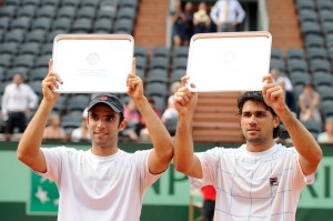Argentina's Eduardo Schwank and Colombia's Juan Sebastian Cabal (L) pose with their trophies after loosing against Canada's Daniel Nestor and Belarus's Max Mirnyi at the end of their Men's double final match in the French Open tennis championship on June 4, 2011 at the Roland Garros stadium in Paris.    AFP PHOTO / MIGUEL MEDINA (Photo credit should read MIGUEL MEDINA/AFP/Getty Images)